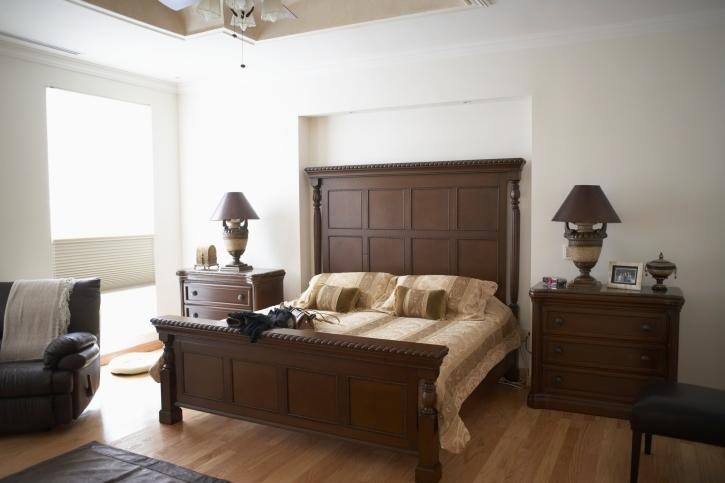 bedroom-with-large-headboard