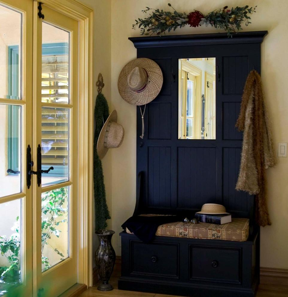 Traditional-and-rustic-Entry-Decorating-ideas-with-coat-rack