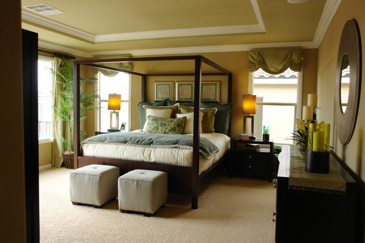 bedroom-with-crown-molding