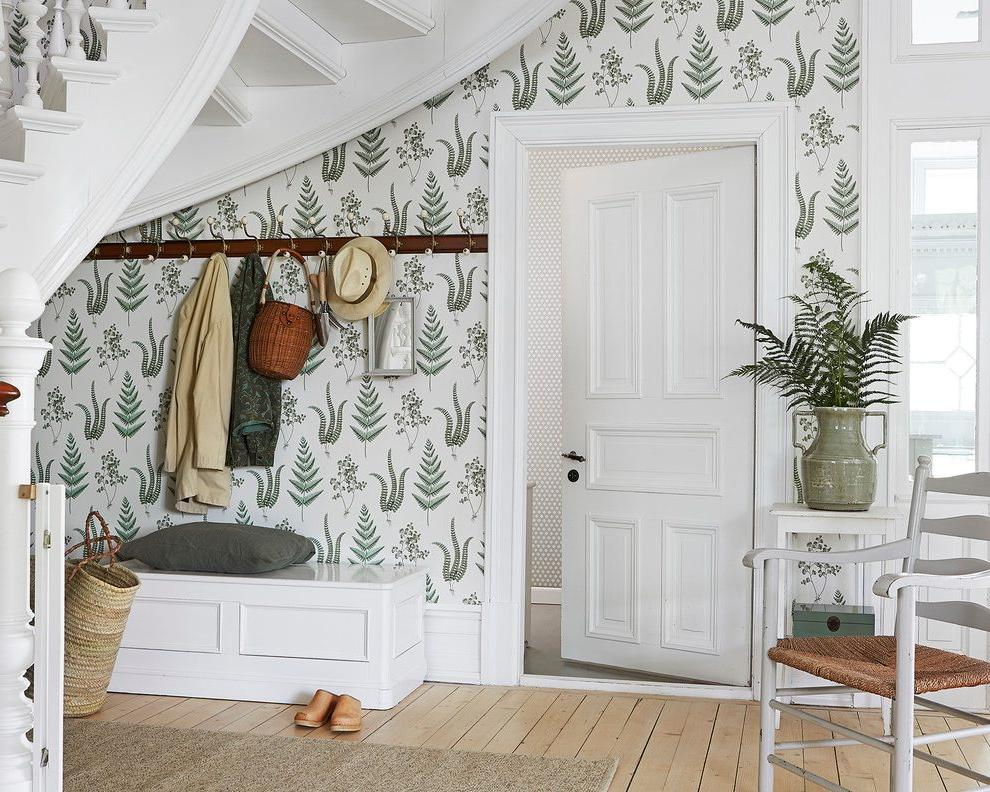 entry-farmhouse-with-traditional-wallpaper-rolls
