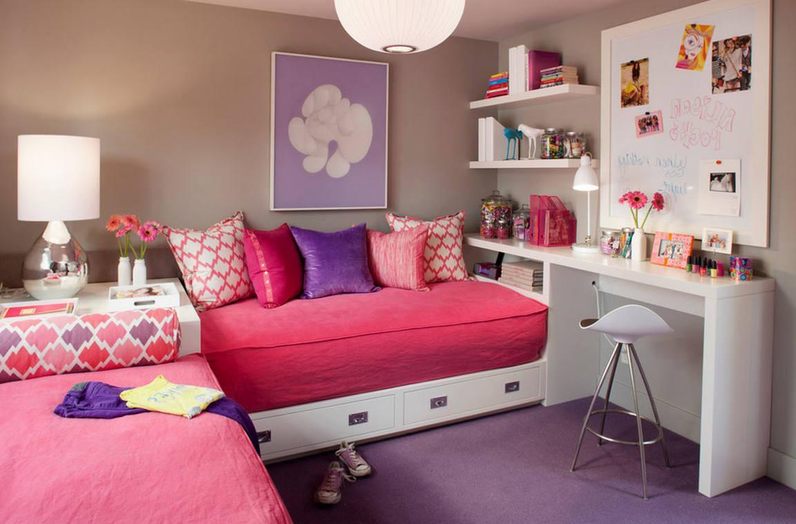 Perpendicular arrangement of beds in a small bedroom