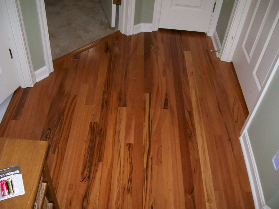 Laminate Harwood-Flooring Tile in Brown Color Combined with Green Wall