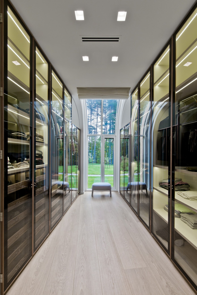 Elongated dressing room with transparent cabinets