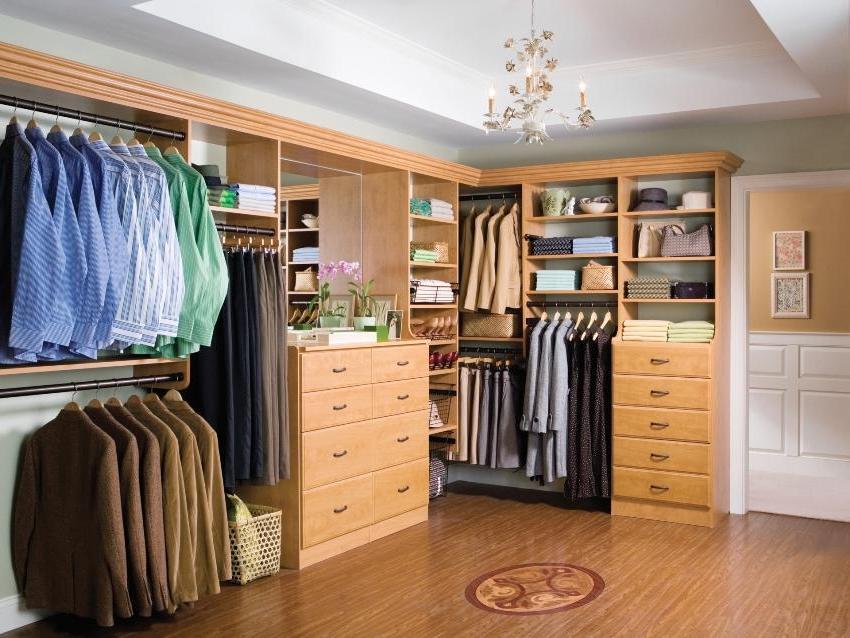 L-shaped arrangement of wardrobe closets
