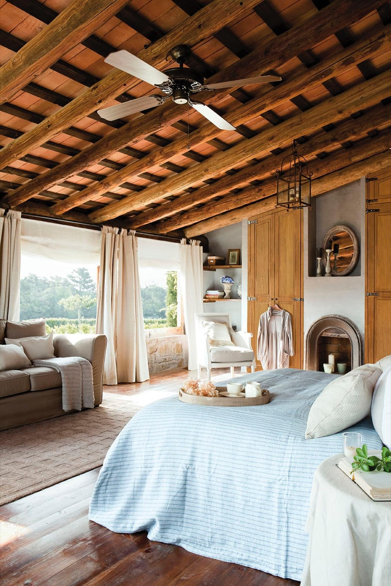 Ceiling with wooden beams and parquet flooring
