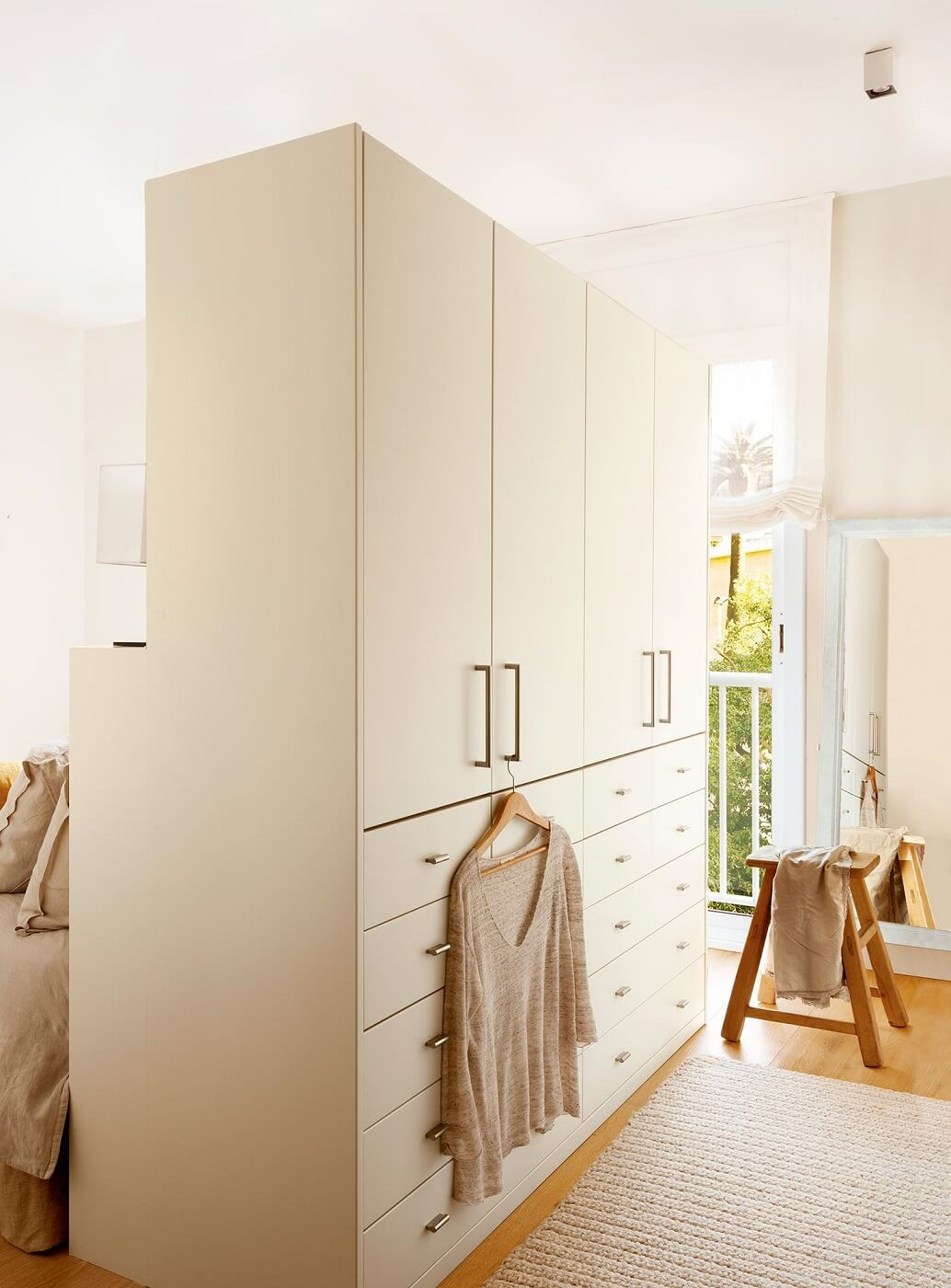 A LARGE WARDROBE THAT INTEGRATES THE HEADBOARD
