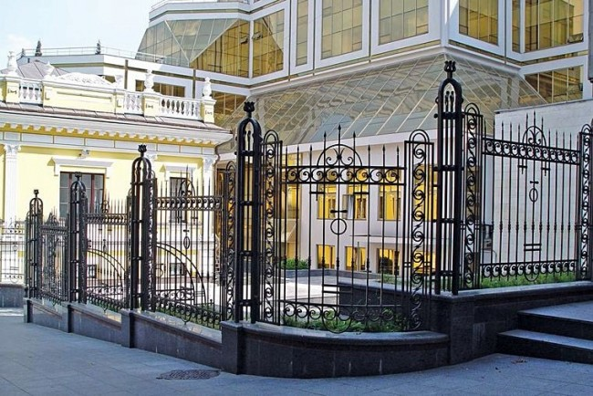 Forged fences on a marble base will last for many decades