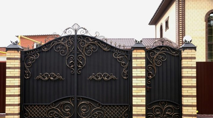 Gates from corrugated board with forging elements