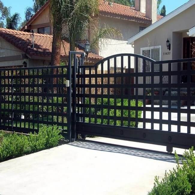 Simple and reliable forged fence