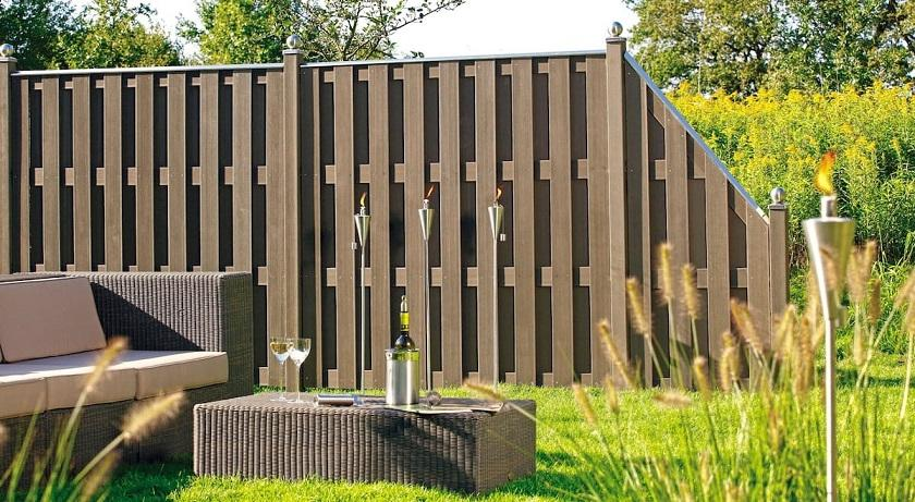 A low fence made of wooden fences harmonizes with rattan furniture