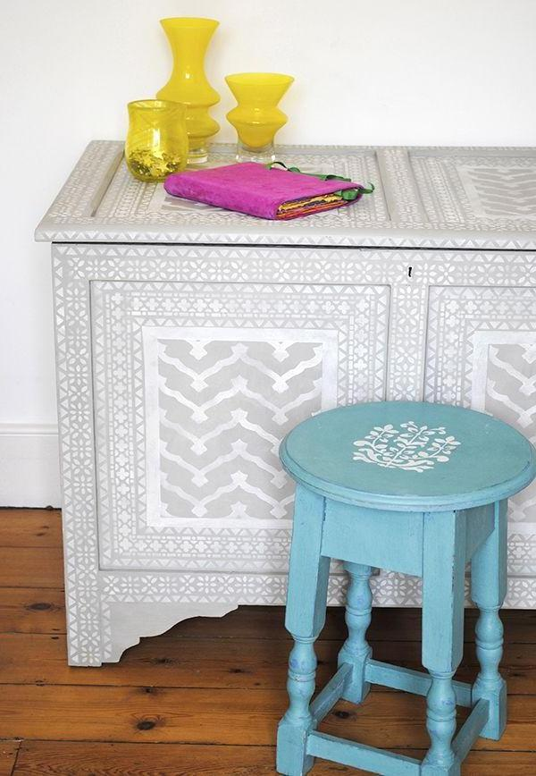 On the renovated furniture can be applied to the drawing using a stencil