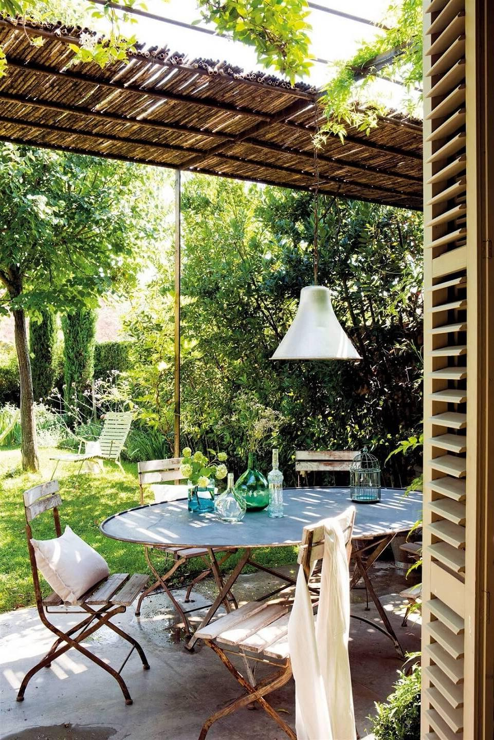 elongated-garden-with-covered-dining-area