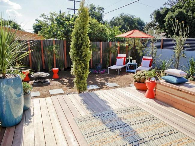 A cozy courtyard surrounded by a corrugated board fence