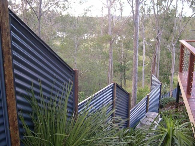 A fence made of corrugated board is a strong fence that will withstand even strong gusts of wind