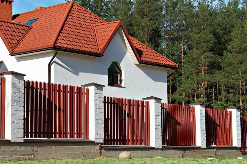 Combined metal and brick fencing