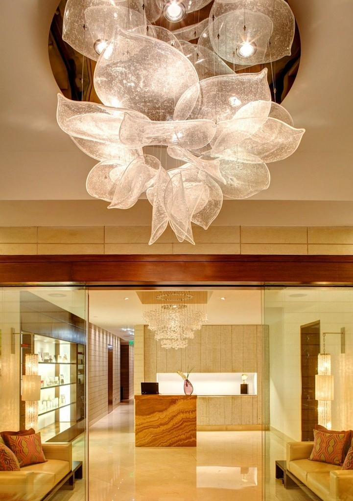 The light of these fixtures is soft, but gives clarity to objects, and so balanced that it seems as if it penetrates the house, illuminating everything around.