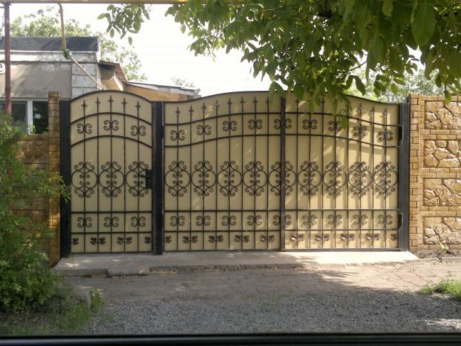 Double-leaf swing gates with wicket