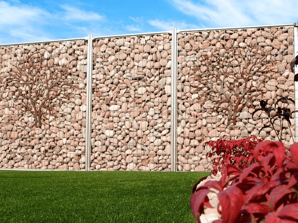 Gabion fence with decorative elements