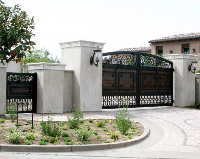 Metal gates with a wicket with wooden elements and elements of forging