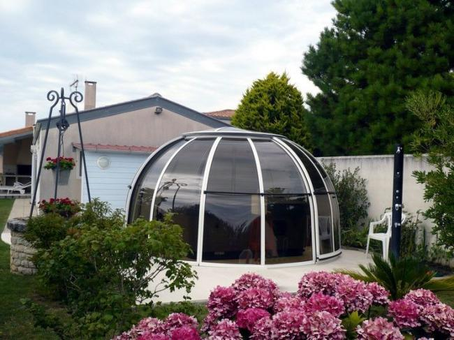 Pergola of unusual shape, completely made of polycarbonate