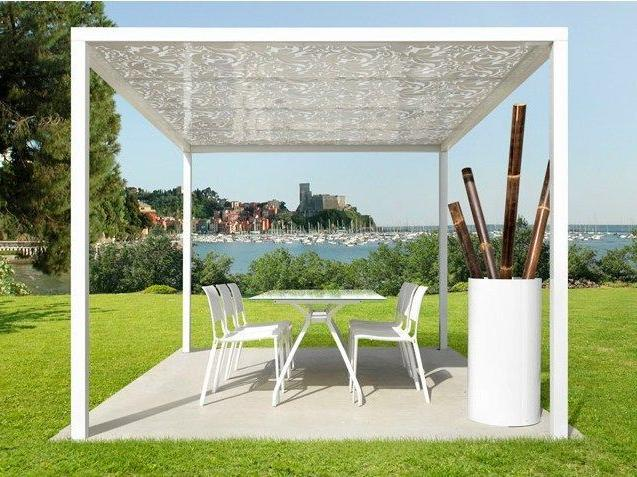 Pergola roof made of polycarbonate with optical illusion of openwork
